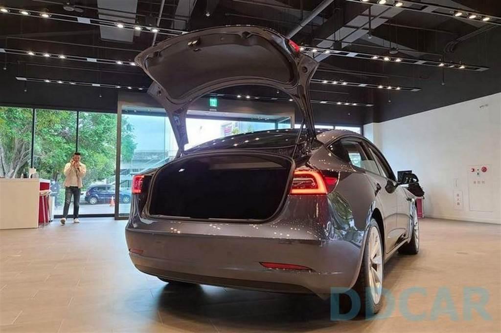 來看新車吧!2021 年式 Model 3 現已進駐台灣特斯拉展示中心