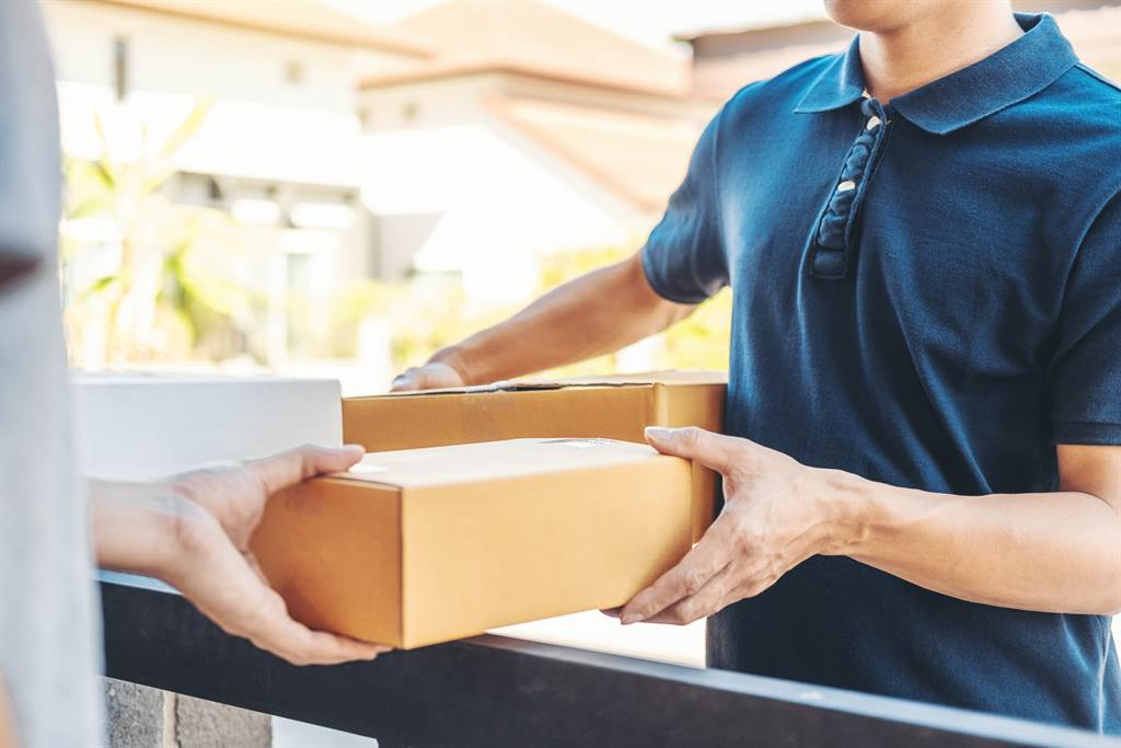越來越多人都在網路上消費,只需要在家動動手指挑選,過2、3天內商品就快速送達,相當方便。(示意圖/達志影像)