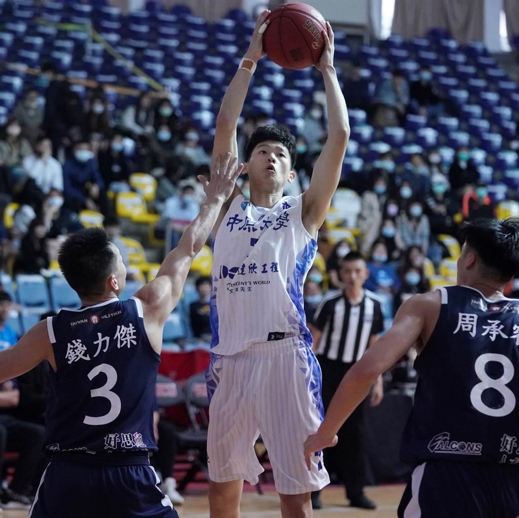 中原大學劉光尚(中)努力扮演好隊長角色。(大專體總提供)