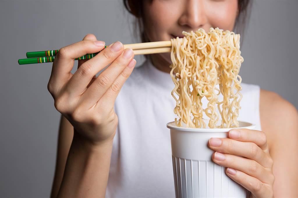 泡麵是許多人深夜解饞的靈魂食物,只要沖泡熱水就能簡單上桌。(圖/Shutterstock)