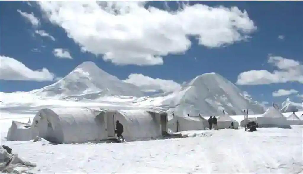 在海拔3千多公尺的拉達克地區,冬季氣溫在攝氏零下30~40度之間,印度軍隊開始模仿解放軍挖築地道的方式來防禦並為部隊保暖。圖為冬季時拉達克地區的印軍帳蓬。(圖/印度陸軍)