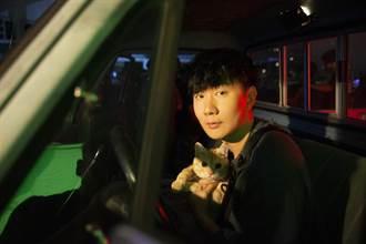 林俊傑與貓互動難控制 自撞臉腳準備「被抓」