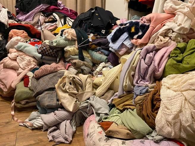 高嘉瑜閨房衣服堆積如山,讓網友相當驚訝。(翻攝/高嘉瑜臉書)