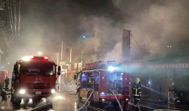 火勢不斷蔓延至隔壁店家,消防局出動9輛消防車、2輛救護車、24名消防員赴現場,歷經1小時灌救才將火勢撲滅。(雲林縣消防局提供/周書聖雲林傳真)