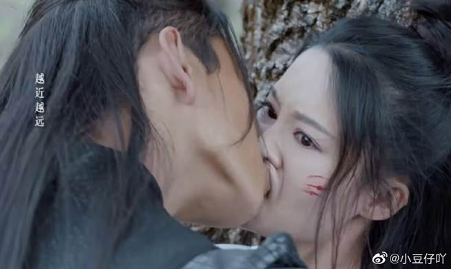 王大陸把李沁吻到變形。(圖/微博)