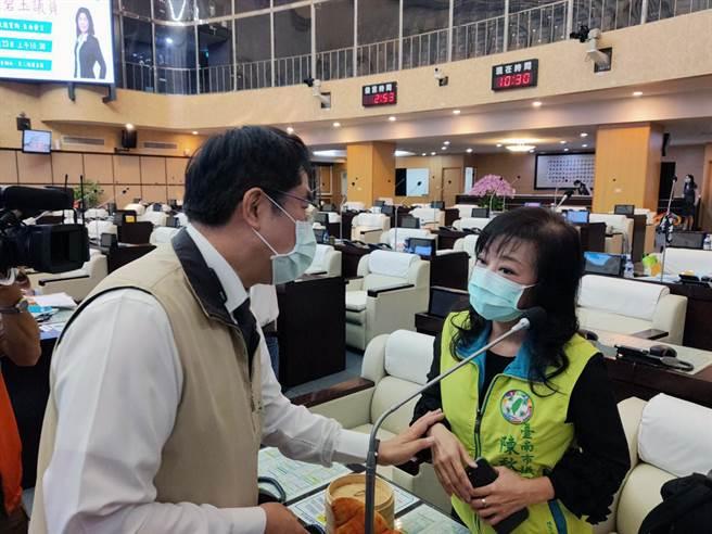台南市議員陳秋萍被市府公務員在臉書粉絲專頁留言辱罵,市長黃偉哲致意。(洪榮志攝)