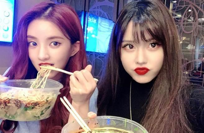 BY2的同框照,其實紅髮的不是姊姊Miko,而是好閨密「硬糖少女303」成員劉些寧。(翻攝自BY2臉書)