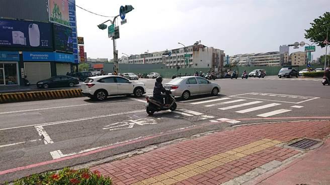 戴男遭依殺人未遂移送台南地檢署,23日卻遭無保飭回,自行騎車回家。(程炳璋攝)