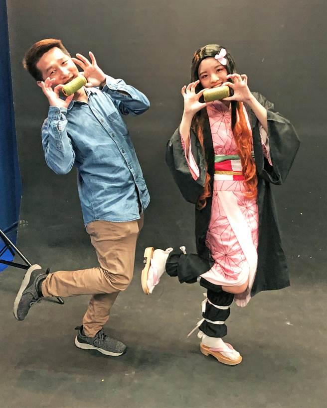 「鬼滅」風吹進大學校園,台北城市科大數媒系主任賴泓錩(左)與學生陳毓臻(右)拿著烘焙學程製作的竹子麵包,大玩cosplay,讓課程不再死板板。(台北城市科大提供/林志成台北傳真)