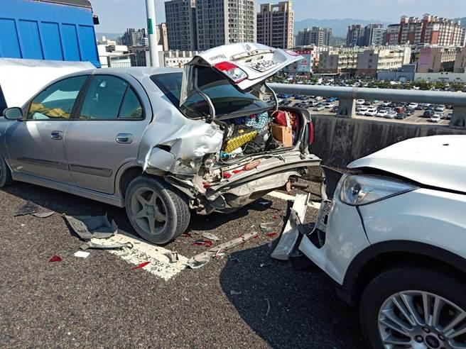 台中74高架道路、太平往太原方向發生5車連撞事故。(民眾提供/馮惠宜台中傳真)