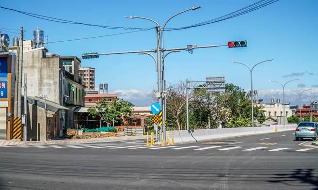 高鐵橋下聯絡道延伸至竹科新闢工程第三期工程,從二期的中興路口動工延伸到力行路。(羅浚濱攝)