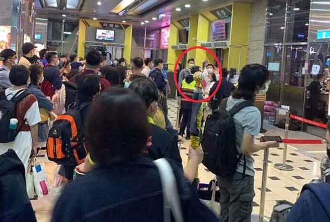全國知名檢舉魔人「台南蘇大媽」,昨現身台北轉運站,飆罵客運公司人員,又被警察帶走法辦。(照片截自:臉書社團(照片截自臉書社團《920公社》)