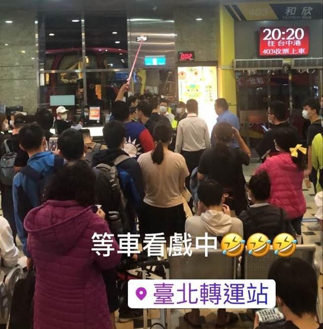 網友直擊台南蘇大媽「北漂」台北轉運站。(照片截自臉書社團《阿蘭粉絲團(蘇仙姑/蘇大媽)不追蹤搶先看》)