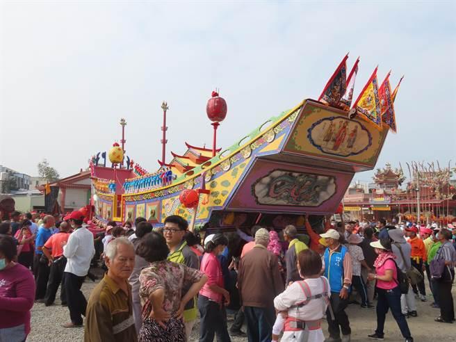 廟方今年打造的王船是歷年來最大,造價花費近百萬元。(莊曜聰攝)