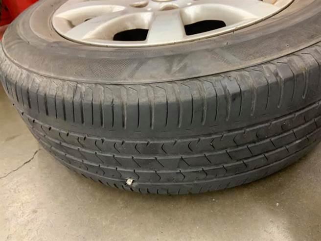 圖為原PO爆掉的輪胎,已經無法修補只能換新。(翻攝自 臉書《Costco好市多 商品經驗老實說》)