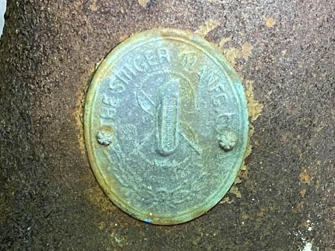 百年老針車的商標鏽蝕模糊,辛酸往事卻鮮明留在後人心中。(李金生攝)