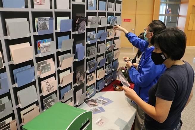 本次特別將「新住民圖文創作」組作品輸出成明信片。(圖/新北市文化局提供)