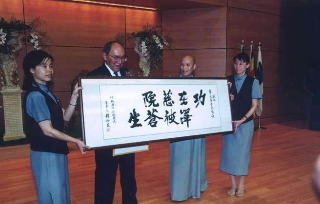 2005年,當時已行醫52年的曾文賓,以長期投入流病學調查研究成果,榮獲第15屆醫療奉獻獎的特殊貢獻獎。(花蓮慈濟醫院提供/羅亦晽花蓮傳真)