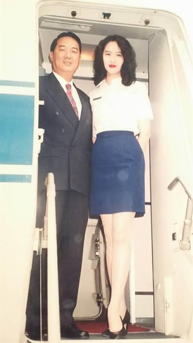 金友莊任職空服員期間,與宋楚瑜合影。(圖/FB@金友莊)