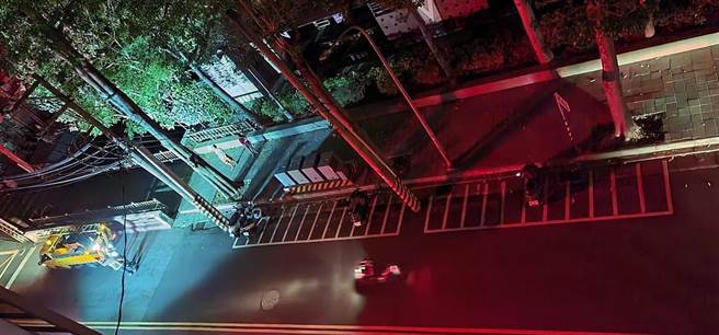 北市北投區新北投車站附近,23日凌晨1時許發生變電箱爆炸,造成2000多戶居民大停電,時間長達1小時,竟是老鼠咬壞避雷器所為。(摘自台北之北投幫臉書/張穎齊台北傳真)