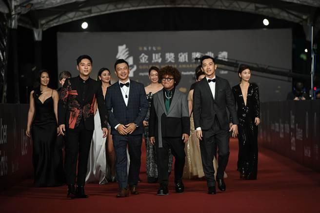 導演黃信堯(前排左二)出席第57屆金馬獎頒獎典禮,穿著Carnival嘉裕2020「輕量西服」系列。(圖/品牌提供)