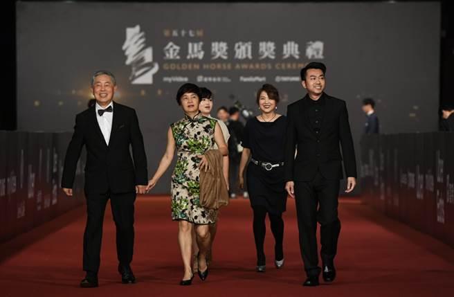 音效大師杜篤之(左一)出席第57屆金馬獎頒獎典禮,穿著Carnival嘉裕2020「混紡西服」秋冬系列。(圖/品牌提供)