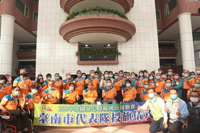台南市長黃偉哲(著米黃夾克)23日主持授旗儀式,勉勵選手為台南爭光。(李宜杰攝)