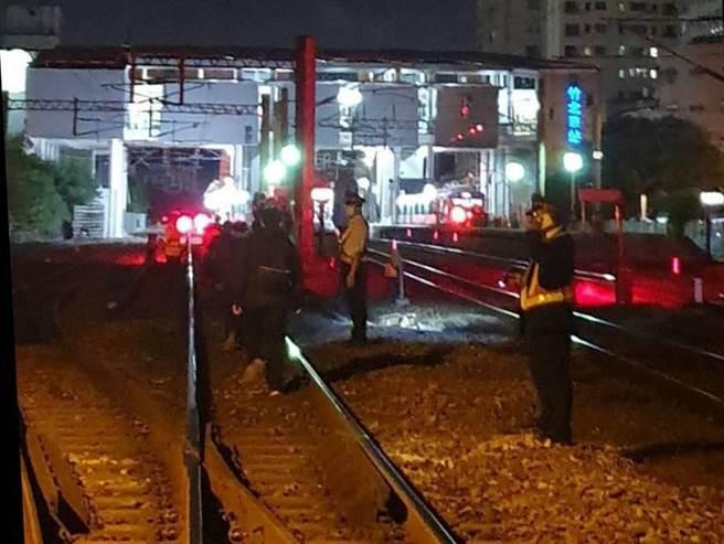 台铁1252次新竹开往基隆区间车要进竹北站时,疑似撞到异物, 车 上约200名旅客由竹北站派4位站员协助向导至车站月台转乘。(台铁提供/罗浚滨新竹传真)