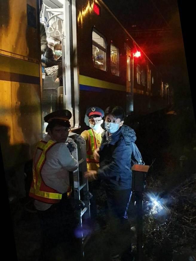 台铁1252次新竹开往基隆区间车要进竹北站时,疑似撞到异物,停于进站南OS区。(台铁提供/罗浚滨新竹传真)