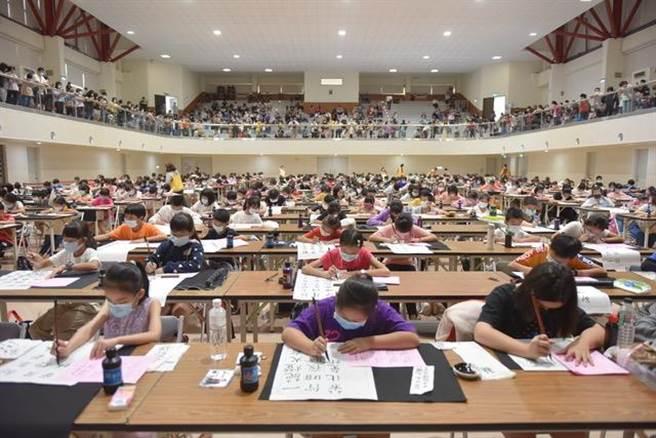 味丹杯全国书法暨篆刻比赛,今年有2169名好手报名参赛,现场千人同时书写篆刻,热闹异常。(味丹文教基金会提供)
