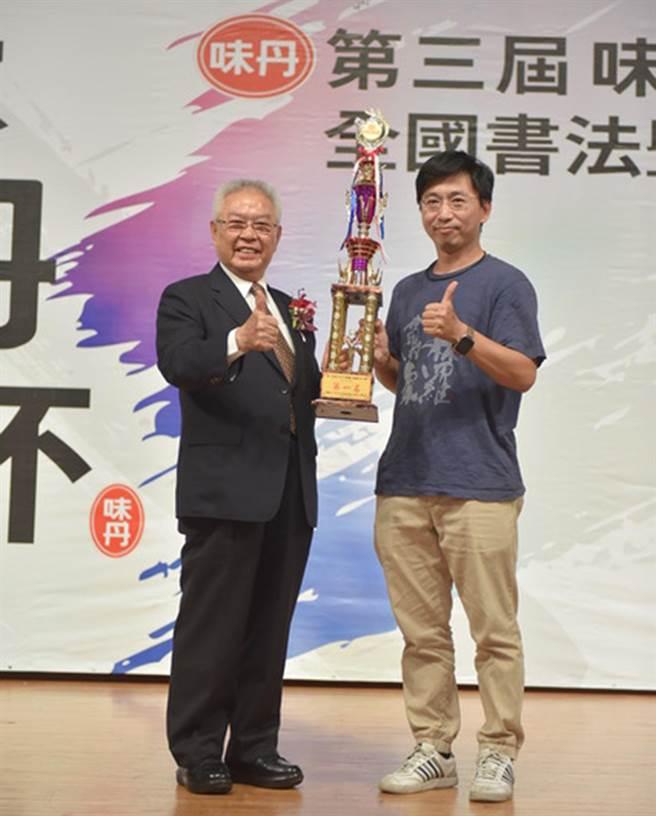 社会组第一名与董事长杨头雄合照。(味丹文教基金会提供)