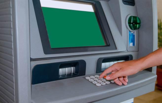 這名人夫因為領不到百元鈔連換好幾台ATM,沒想到卻被行員誤會成詐騙事件(示意圖/達志影像)