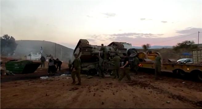 以色列梅卡瓦主戰坦克不慎翻覆。(圖/YOUTUBE)