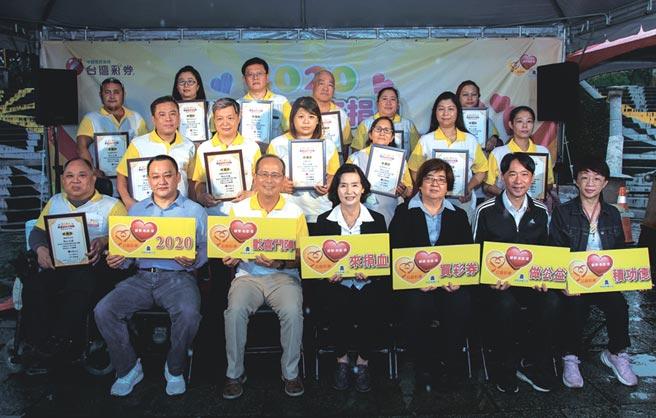 宜蘭縣長林姿妙(前排中)與台灣彩券公司副總經理謝志宏(前排左三)到場感謝經銷商慷慨提供刮刮樂支持公益活動。圖/台灣彩券提供