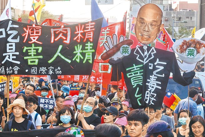 「2020秋鬥」以反毒豬、反雙標、反黨國為訴求,民間團體自製標諷刺行政院長蘇貞昌的大型人偶,表達拒絕萊豬的立場。(陳信翰攝)