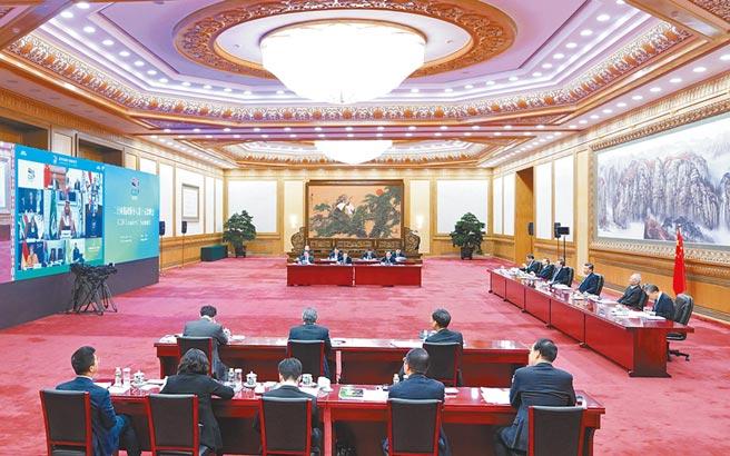 大陸國家主席習近平(右排中)21日晚在北京以視訊方式出席G20領袖峰會第一階段會議並發表講話。(新華社)