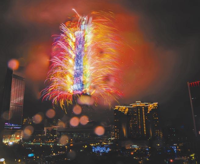 台北101煙火今年照常施放,各飯店正對101的景觀房型早就被訂購一空。圖為從房間往外就能看到台北101煙火。(業者提供)