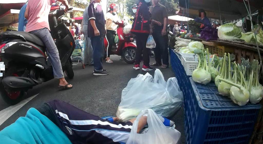 台中1名45歲的阮姓男子日前早上到舊建國市場買菜時,突然身體不適昏倒在地。(台中市三分局提供/馮惠宜台中傳真)