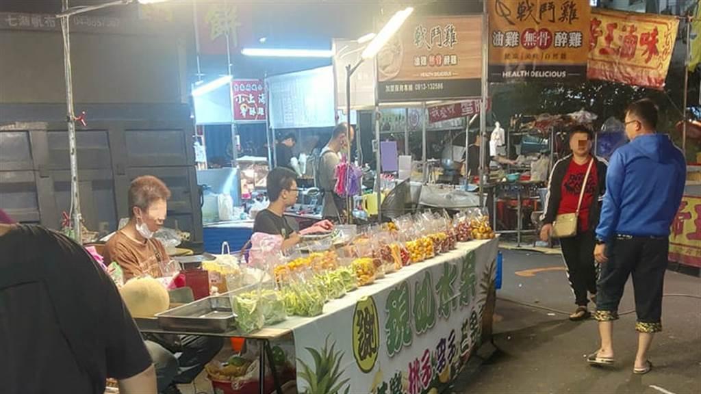 有網友在彰化精誠夜市購買3包水果要價450元,上網發文卻引來攤販的不滿,而貼文一出竟掀起網友論戰。(圖/翻攝自彰化人大小事)