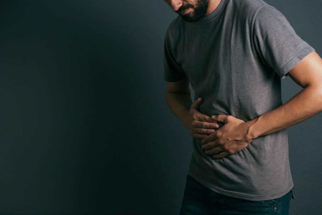 印度男因為腹痛和上吐下瀉到醫院就診,發現腹中遭到蛔蟲寄生(示意圖/達志影像)