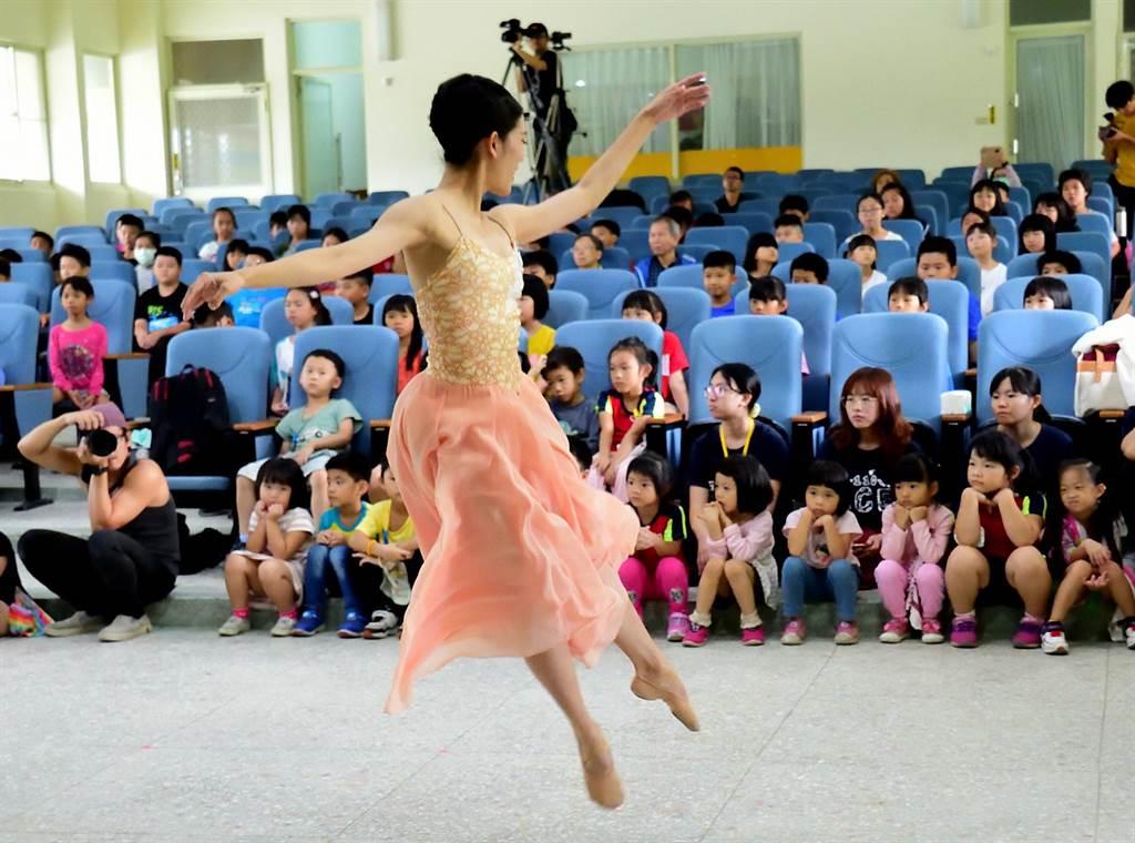 台灣芭蕾舞團到台東辦理偏鄉學校巡演,期盼芭蕾之美在台東綻放。(莊哲權攝)