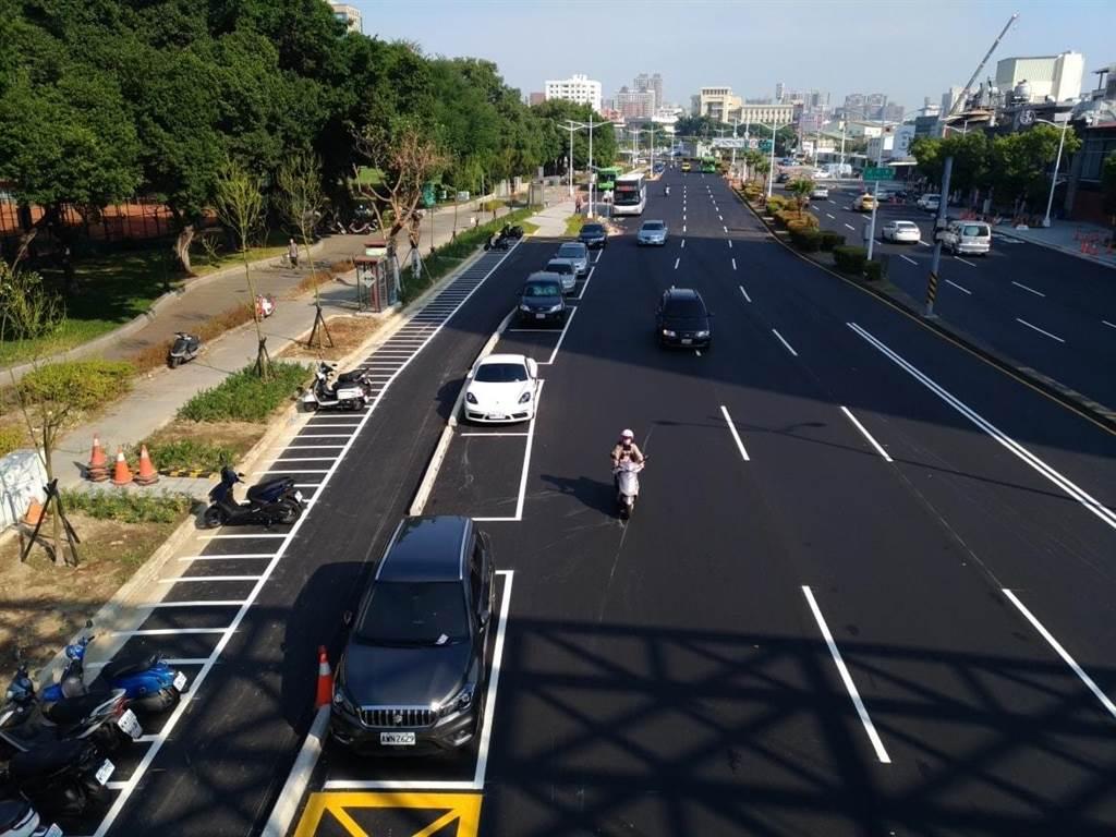 台中道路規劃完善,不僅人行道寬敞,還能設計汽機車停車格,保障用路人安全。(翻攝台中城Taichung臉書)