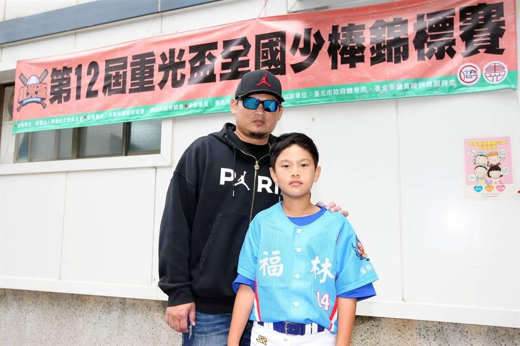 富邦悍將投手教練沈鈺傑(左)到球場為兒子沈立宸加油打氣。(台北市棒球協會提供/廖德修台北傳真)