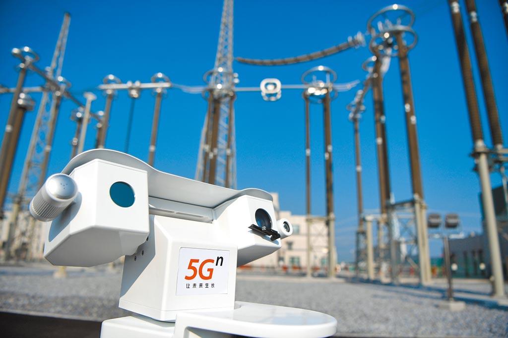 8月27日,河南5G網路「慧眼」全方位監視特高壓變電站,巡檢機器人在站內巡檢。(新華社)