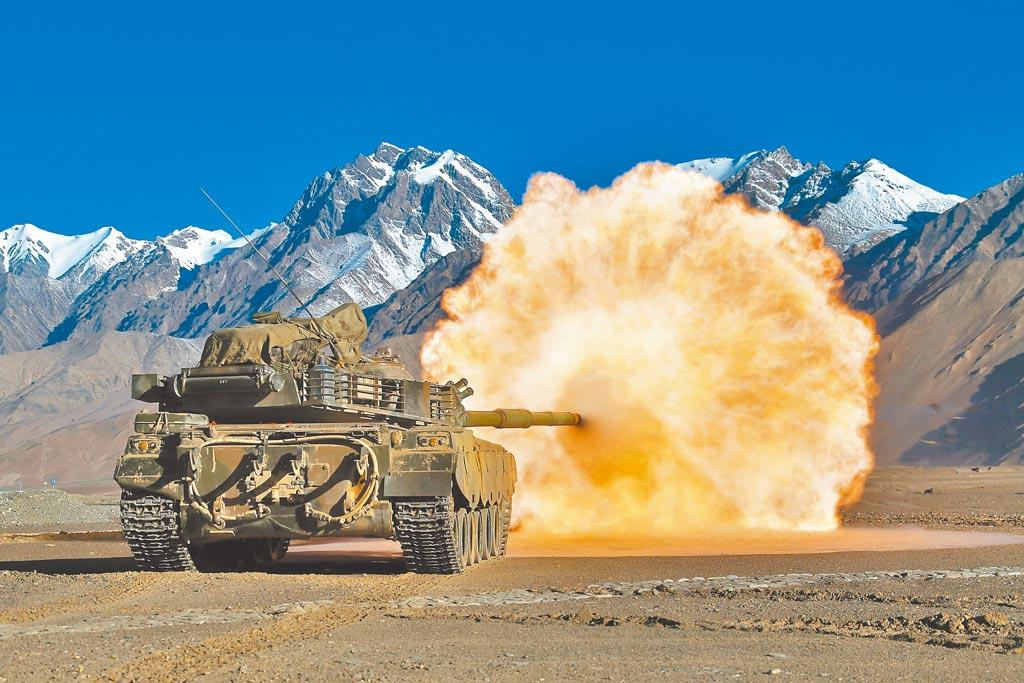 解放軍坦克在西藏高原演習,演練火炮射擊。(新華社資料照片)
