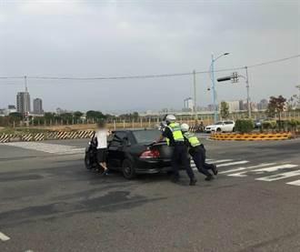 事故車駕駛心慌慌 暖警協助推車速排除
