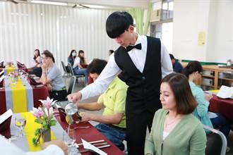 台南長榮女中餐飲生設西餐宴 親自下廚謝父母恩