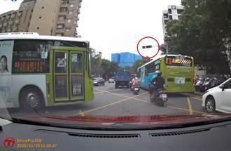 獨/無視11秒警示喇叭 公車司機硬闖紅燈 汽駕搖窗怒吼8字