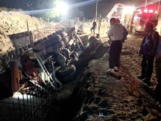 水泥預拌車掉落施工水溝 鋼筋貫穿司機左腳