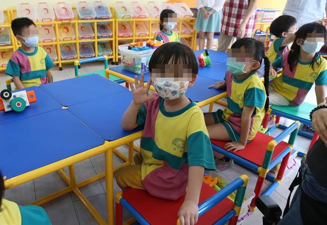 許多家長會為孩子準備水壺,讓孩子上學時能多喝水。(示意圖/本報資料照)